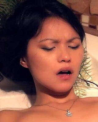 Małe azjatki mają duży orgazm mokre