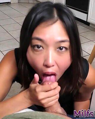 Asiatisk Mamma Jeg Vil Knulle Gobbles Shlong og Gets Sprutet