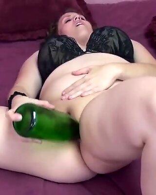 Plump μιλφ Alexse Sweet γεμίζει το twat της με μπουκάλι
