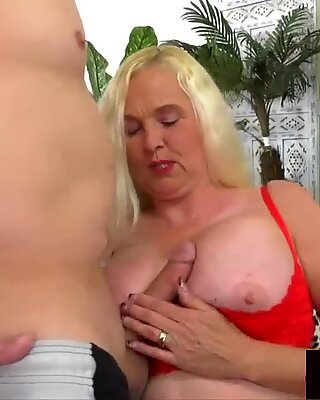 platinum-blonde GILF Sara Skippers Enjoys Getting Her Pussy Stretched by a long man-meat