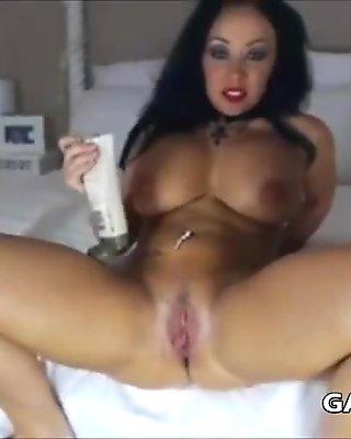 Big booty brunette on cam