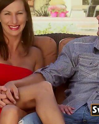 Hotスインガーカップルがピアノでセックスシーンを演じる