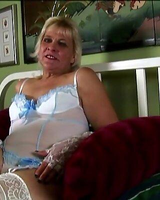 Saucy Old Spunker w Sexy Damska Bielizna rozmawia Niegrzecz i masturbuje