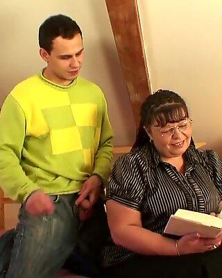 On napycha jej ogromną starszą cipkę