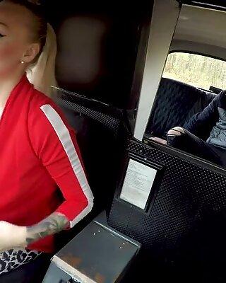 Fałszywa taksówkarz Kayla Green ospermiona z jej dużymi cyckami