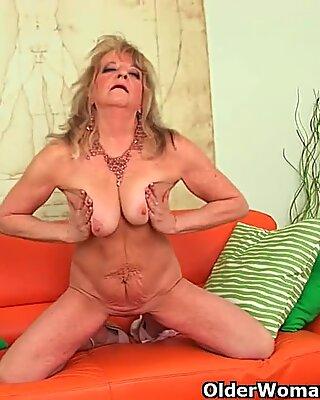 Babcia z dużymi piersiami wpycha dildo do swojej starej cipki