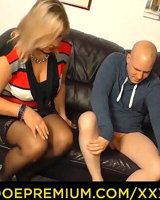 XXX OMAS - Rotunjoare blonda matură Călărire Bald Bull