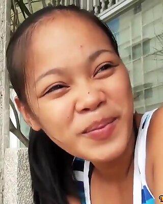 Nieprzyzwoite azjatki nastolatka ma swoją ciasną cipę obspermiony przez turystki