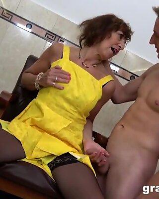 Бабушка окропила секс клуб