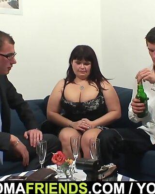 Dwie kolesie Robią Podzału Ogromny Piersi Mommy