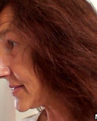 Βλέπει η παλιά μητέρα στο νόμο βόλτες από το πούτσας του ανθρώπου