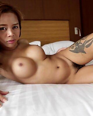 Helloladyboy forte poitrine asiatique suce une grosse morsure
