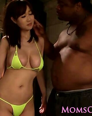 Γιαπωνέζα μιλφ σε άντρας-άντρας-διαφορά διαφυλετικό τρίο
